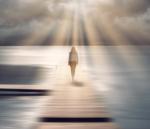 kvinna går på brygga mot solljus
